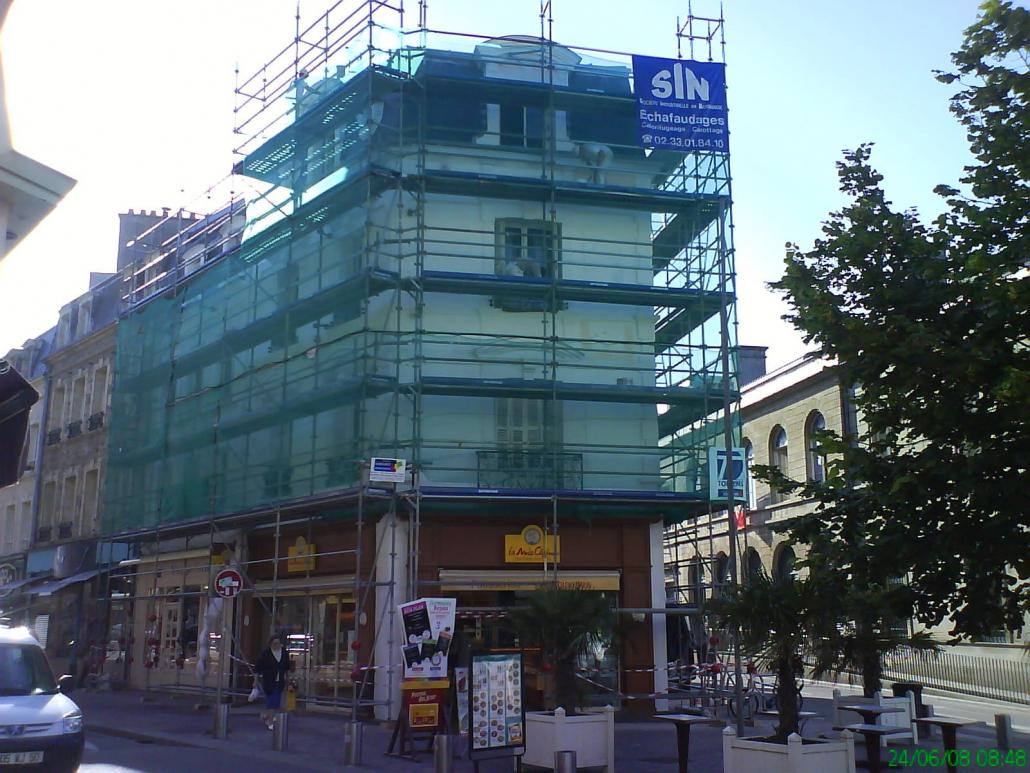 Echafaudage de la facade du commerce La Mie Caline à cherbourg
