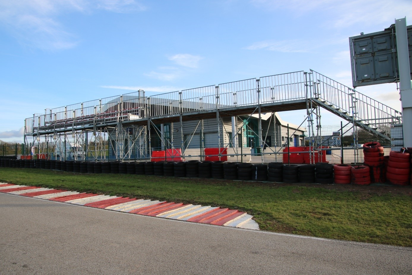 Passerelle vue de la piste de karting